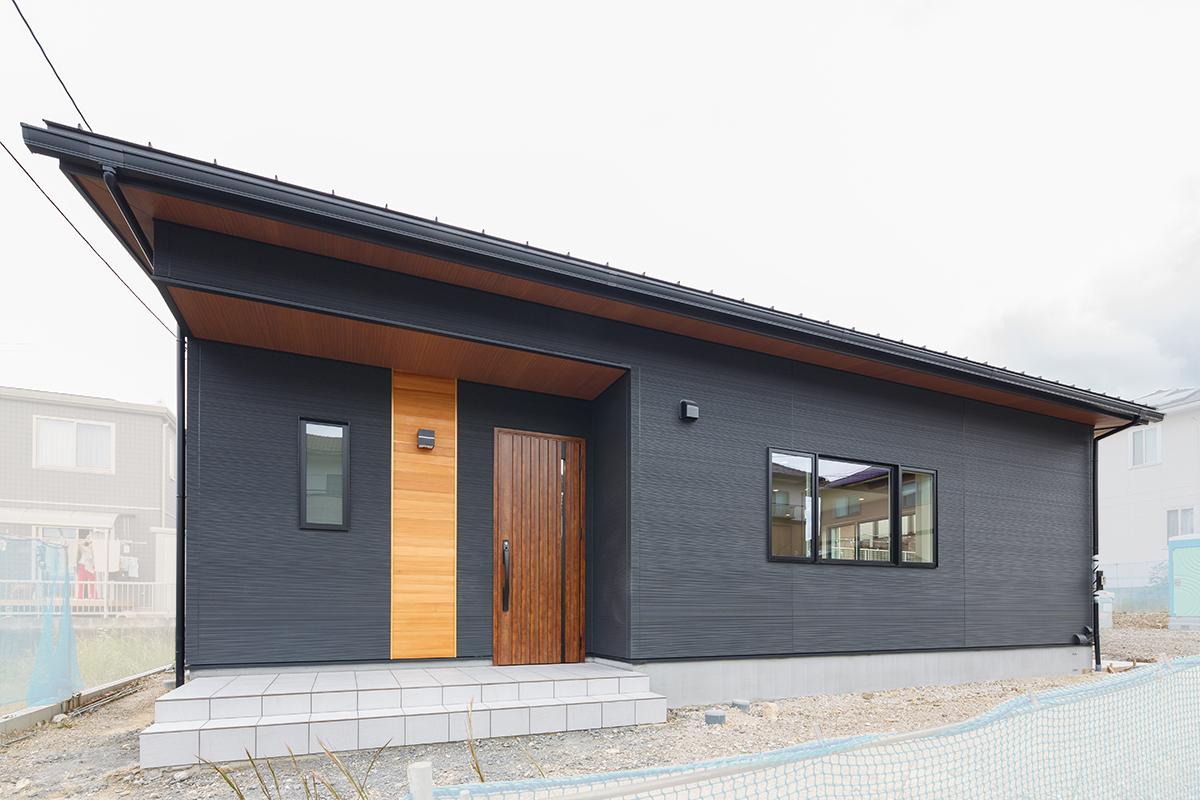 土岐市|T様邸|新築・注文住宅|ブルーの壁紙とレッドシダーが映える平屋