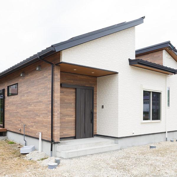 多治見市|U様邸|新築・注文住宅|勾配天井の小屋根裏収納とキャットウォークのあるロの字型の平屋の家