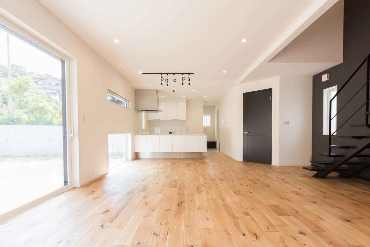 ムク床とアイアン手摺りのある家