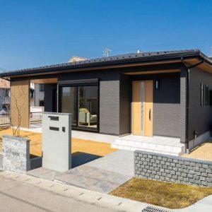 屋根付きタイルデッキのある平屋の家 施工実例を追加致しました