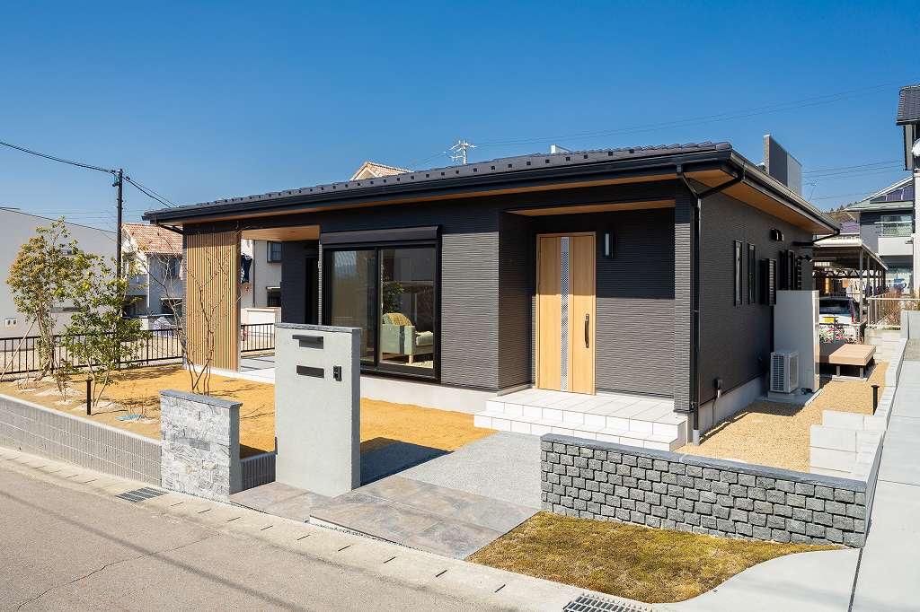 土岐市下石陶史台|T様邸|新築・注文住宅|屋根付きタイルデッキのある平屋の家