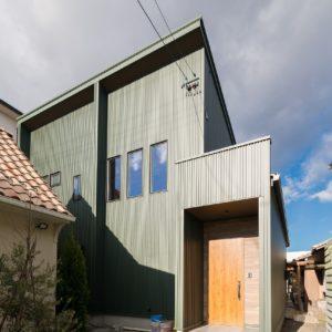 土岐市泉神栄町 巨大吹き抜けから繋がるフリースペースのある家 施工実例を追加致しました 巨大吹き抜けのあるリビング空間から繋がる2階のフリースペースが魅力的な邸宅です
