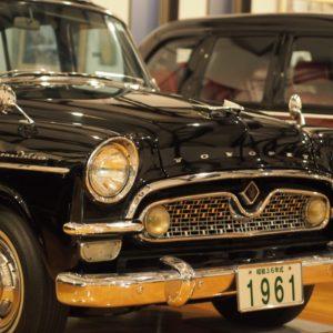 駄知町|昭和の大衆車から高級車がズラリ展示|駄知旧車館